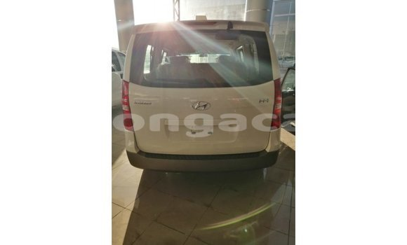 Buy Import Hyundai Accent White Car in Import - Dubai in Eua